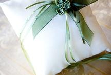 Accesorii nunta / Pahare de sampanie decorate in stilul nuntii, cosulete pentru florile de piept, pernute pentru verighete, cutii de dar si multe alte accesorii pentru o zi speciala.