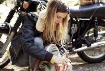格好いいバイクと車そして人