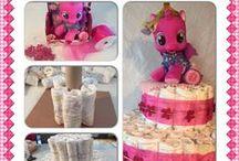 Baby Shower Diaper Cake // Baby Shower Bleiekake / Denne tavlen er ment for å gi deg tips og ideer til hvordan du kan lage en bleiekake. På www.planlegg.no. finner du oppskrift på hvordan lage bleiekake, hvordan planlegge baby shower og tips til leker en kan ha.
