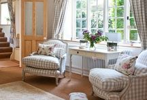 Inspiration - Lounge / Cute and cozy lounge with pastel colours, preferable to green and pink. With a mix of leather & fabric sofas and footstools.