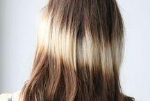Aura Color - Splashlight - Fénycsík hajfestés  / www.facebook.com/hairline  Annak ellenére, hogy az Ombre hajfestés még mindig óriási sláger, a divat újabb hajfestési technikával rukkolt elő, a Fénycsík-hajfestéssel, más néven: Aura Coloring, Splashlighting. A hajfestési technika megálmodója egy New York-i mesterfodrász, Aura Friedman, aki évek óta a meghökkentő és divatos hajszínek kikísérletezésével, hajfestési technikák megálmodásával kísérletezik.