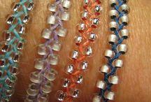 sieraden : zelf maken, bijzonder en speciaal / met kralen, lint, klei. Steeds weer anders!