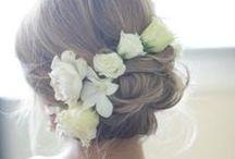 Peinada con Flores / Atrévete a destacar tu peinado y darle un toque de lujo y romanticismo con flores naturales.
