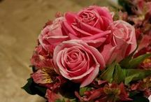 Cortejo Nupcial / Arreglos para quienes te acompañarán en el altar. Ramos para la madrina, damas de honor y el cortejo. Corsage, coronitas de flores, topiarios, etc.