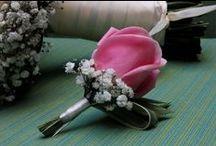 Boutonier / Un pequeño detalle floral para los novios que consiste normalmente en una sola flor o un pequeño ramillete.