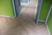 Project Saxenoord / In opdracht van Zorggroep Tellens hebben wij nieuwe vloeren in Saxenoord te Franeker geleverd en gelegd. Het gebouw bevat 7 verdiepingen, iedere verdieping krijgt zijn eigen kleurcombinatie in verschillende materialen.