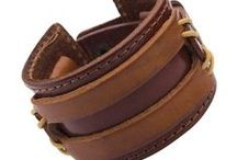 Pulseras de Cuero de Hombre / Descubre toda nuestra colección de pulseras de hombre fabricados con cuero, acero inoxidable y/o tungsteno.