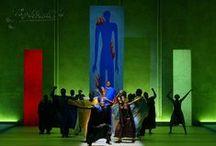 Bühnenbild / Jede Form von Bühnenraum benötigt eine atmosphärische Gestaltung. Ich habe Bühnenausstattungen sowohl für kleine Tourneetheater als auch für die große Opernproduktion entworfen. Ebenso gestaltete ich schon Bühnenräume für die klassische Marionettenbühne wie auch für die moderne Ballettproduktion.