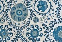 """Blue and White Chinese porcelain """"Китайский фарфор"""" / Комбинация белого и синего цветов давно стала классической в оформлении интерьеров. Это сочетание ассоциируется с роскошью и благородством, уравновешенностью, спокойствием и морской стихией.  Ключевым периодом развития cине-белого фарфора в Китае было время династии Юань (1271-1368). Делфтские мастера ( Нидерланды ) так же прославились  созданием популярного в Европе сине-белого китайского фарфора. Они создавали изразцы и декоративную посуду с самыми разнообразными мотивами."""