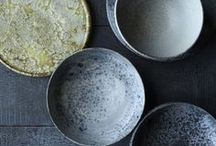 Design   Pottery / Keramik Accessoires sind momentan der absolute Trend! Ob Teller, Vasen oder Becher, in jeder Form und Farbe sind die ein echter Eyecatcher.  Lasst euch inspirieren:   Currently ceramic accessories are a big trend! Whether dishes, vases, or cups, in any shape and color. They are totally eyecatching. Get inspired: