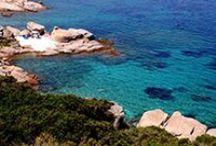 Residence Vallemare / Il residence Vallemare, di 19 appartamenti, gode di una posizione splendida sulle colline della Sardegna e circondato da macchia mediterranea, a pochi chilometri dal mare, valorizzato da una piscina panoramica che si affaccia sulle rocce di granito.