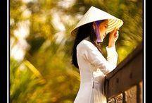Áo dài / Áo dài là loại trang phục truyền thống của Việt Nam, che thân người từ cổ đến hoặc quá đầu gối, dành cho cả nam lẫn nữ.  Nói gì thì nói, nghĩ gì thì nghĩ. Côn gái Việt Nam trong tà áo dài dịu dàng thật!