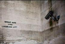 Banksy / Banksy is het pseudoniem van een wereldberoemde Britse kunstenaar. Hoewel er weinig zekerheid is over de ware identiteit van Banksy en de meeste bronnen aangeven dat zijn echte naam Robert of Robin Banks is, heet hij waarschijnlijk Robin Gunningham. Hij zou in 1973 geboren zijn in Bristol. Zijn kunstwerken zijn vaak politiek en humoristisch van aard. In zijn straatkunst combineert hij graffiti met een hem kenmerkende sjabloontechniek.