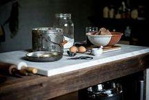 La cucina / Fulcro della casa, è qui che nascono le invenzioni dei grandi chef o le ricette di famiglia.  Nel nostro locale tutto viene preparato a vista, senza segreti, Oggi, domani e sempre.
