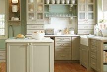kuchnia / szafki kuchenne, stoły, naczynia, okna