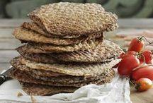 """Knækbrød / Når du først har prøvet at bage dit eget knækbrød, bliver det svært at lade være. Det er både sundt og godt, og ved at anvende forskellige slags mel, frø og krydderier er der uendelige variationsmuligheder. Anvend en almindelig kagerulle eller en kagerulle med mønster til at lave de klassiske """"huller"""" i brødet."""