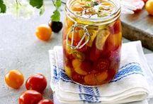 Tryl med tomater / Tomaten er en af vores mest brugte grøntsager, og du kan få velsmagende, danske tomater fra april til langt hen på efteråret.