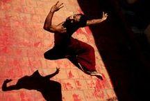 Evoluzioni / EVOLUZIONI è la rassegna di danza curata dal Teatro Stabile del Veneto, che si sviluppa nelle tre sedi di Padova, Venezia e Verona. I palcoscenici del #TSVeneto saranno cornice di spettacoli di danza creati da artisti nazionali ed internazionali espressione di stili e generi molto diversi tra loro, alle prese con veri pilastri della tradizione o del grande repertorio, riletti e reinterpretati in modo del tutto personale.
