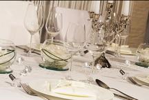 """""""Kristall Klassik"""" - Tischdeko Hochzeit / Die Tischdekoration """"Klassik Kristall"""" gibt Eurer Hochzeit einen klassischen Stil durch ihre puristischen Details. Dezente Elemente wie feine Dekobrillianten und Ton in Ton gehaltene Servietten zeichnen diese Deko aus. Erhältlich unter meine-hochzeitsdeko.de"""