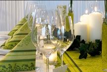 Barockes Grün zur Hochzeit / Mit der Tischdekoration in barockem Grün gebt ihr eurer Hochzeitsfeier einen sehr festlichen Touch. Feine Ornamente ziehen sich durch den Tischläufer und die Servietten und ergeben somit eine sehr stimmige Deko. Erhältlich unter meine-hochzeitsdeko.de