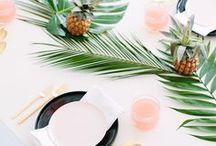 Tropical | Hochzeit / Tropenfeeling für Eure Hochzeit. Findet hier Inspiration rund um Eure Hochzeit mit tropischen Sommerthema. Palmenblätter, Fensterblatt, Frangipani und Co. warten darauf Eure Hochzeit zu etwas ganz besonderem zu machen.