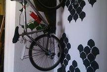 Projects Spain / appendi bicicletta con protrzione muro fatta con pezzi di