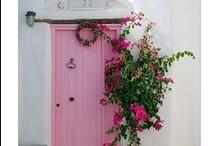 Portas / Flores na entrada / by Madalena Valcanaia