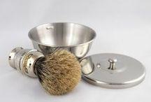 Zestawy prezentowe / W naszym sklepie znajdziesz piękne i oryginalne prezenty dla mężczyzn, którzy lubią starannie wykonane przedmioty.  Najwyższej jakości kosmetyki oraz przybory do golenia są doskonałą niespodzianką dla każdego mężczyzny.