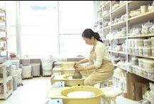 陶芸教室レイアートスクール / 陶芸教室では基礎クラス、電動ロクロクラス、上級手びねりクラスのほかに、ロクロ強化コースや実際に自分で焼成する楽焼きクラス、釉薬を研究す るクラスなどがあります。また、土でアート作品を作成するセラミックアートクラスなどユニークな講座もあります。1日陶芸体験のほか、ビアマグやランプを 作る陶芸体験講座もありますので、お好きな講座を選んでご参加ください。