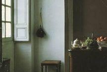 binnenhuis / stoelen, banken, muren, kasten, deuren
