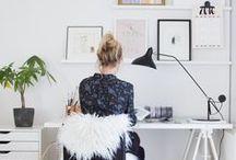 Arbeitszimmer / Helle und schlichte Arbeitszimmer im skandinavischen Design: weiß, helles Holz, Eames Stühle, Ikea Möbel, String Regale, Typografie Bilder...