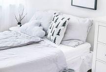 Schlafzimmer / Wunderschöne helle und schlichte Schafzimmer. Am liebsten mit kuscheligen Decken, Kissen und Fellen. Skandinavisch und nordisch.