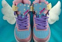 Freaky Wings / Ailes pour chaussures en forme d'ailes d'anges, d'ailes de chauve-souris ou d'ailes de dragon. Les Freaky Wings sont mes propres modèles d'ailes à chaussures, faites artisanalement. Elles existent en plusieurs modèles et couleurs. Elles sont disponibles sur mon site: http://www.freakypink.com/52-ailes-pour-chaussures.html Et dans ma boutique ALM: http://www.alittlemarket.com/boutique/freakypink-856.html