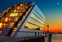 Hamburg´s Dockland / Ein grandioser Blick. Neben unserem schönen Hafen das wohl am häufigsten von Fotografen für Nachtaufnahmen gewählte Motiv in Hamburg. Das Dockland ist eines der ungewöhnlichsten Bürohäuser in Hamburg, dass in der Form eines Luxusliners am Elbufer gebaut wurde. Einen guten Blick bietet die fast 500 Quadratmeter große Dachterrasse, die über zwei Freitreppen für die Öffentlichkeit zugänglich ist. Hat man den Aufstieg geschafft, wird man oben mit einem schönen Blick über den Hafen belohnt.