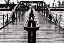 """Hamburg Schwarz weiß / Schwarz-Weiß Bilder können beim Betrachter vielfältige Emotionen auslösen. Der Betrachter wird bei Schwarz-Weiß Fotos nicht durch vielfältige Farbwerte abgelenkt, sondern fokussiert seine Emotionen auf das Wesentliche. Gerade bei Schwarz-Weiß Fotos spielt der """"Goldene Schnitt"""" bzw. die allgemein verbreiterte Drittelregelung eine große Rolle, weil durch die fehlende Farbe der Fokus vordergründig auf das Motiv gelenkt wird. Schwarz-Weiß-Bilder mit hanseatischem Understatement."""
