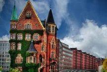 Speicherstadt und Hafencity / WELTKULTURERBE! Seit August 2015 ist die Speicherstadt in Hamburg zusammen mit den Kontorhäusern in Hamburg WELTKULTURERBE der UNESCO. Brücken, Kanäle und imposante Backsteingebäude, die sich im Wasser spiegeln: Zwischen Deichtorhallen und Baumwall liegt im nordöstlichen Teil des Hamburger Hafens ein architektonisch und historisch besonders interessantes Viertel – die Speicherstadt.