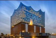 Hamburg´s Elbphilharmonie / Mitten im Strom der Elbe auf rund 1.700 Stahlbetonpfählen entsteht ein Gebäudekomplex, der neben drei Konzertsälen, ein Hotel, 45 Wohnungen sowie die Plaza, einen frei zugänglichen Platz in 37 Meter Höhe mit 360°- Panorama über die Stadt, beheimaten wird. Das Herzstück ist ein Konzertsaal von Weltklasse auf einer Höhe von 50 Metern mit 2.100 Plätzen. Die Elbphilharmonie in Hamburg wird ein Gesamtkunstwerk aus Architektur, Musik und der einzigartigen Lage am Hafen.
