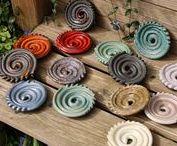 Seifenschalen-Unikate von Silke Lamla | Silkeramik.de / Hier weise ich auf neue Irdengut-Seifenablagen hin, die ich frisch in meinen Shop eingestellt habe. Trockenwellen, Seifenschnecken und Punktschnecken in verschiedenen Farben und Mustern, auf denen die Seife luftig liegt und dadurch gut trocknen kann. Welche Ablagen aktuell verfügbar sind, siehst du in meinem Shop unter silkeramik.de :) #Trockenwelle #Seifenschnecke #Seifenablage #Seifenschale