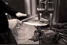 FLORA FLORBAL - dokument o vzniku trofeje extraligy žen  www.floraflorbal.cz / Série černobílých dokumentárních fotografií zachycuje jednotlivé technologické postupy použité při výrobě Flory florbal od frézování a tepání až po výrobu úložného boxu. Fotky tak přináší jedinečnou možnost nahlédnout do zákulisí tvorby tohoto poháru. I na dokumentárních fotografiích spolupracoval tvůrce poháru David Lomos s fotografem Janem Fauknerem. www.floraflorbal.cz