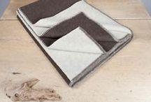 """Schurwoll-Decken / Unsere Decken bewähren sich schon seit Jahrhunderten und werden auch heute noch mit Naturdisteln (Karden) aufgerauht. So wird die Wolle schonend behandelt und nicht strapaziert. Durch die natürliche Thermoregulierung schläft man im Sommer wie im Winter in einem gesunden Klima. Eine besondere Art, sich zu wärmen und in """"wollige"""" Geborgenheit zu hüllen.  100% Made in Austria!"""
