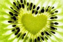 ♡   Grün / Green / Die Farbe grün wirkt beruhigend und harmonisierend und fördert Eigenschaften wie Hilfsbereitschaft, Ausdauer, Toleranz und Zufriedenheit. Die Farbe Grün dient als neutrale Heilfarbe, sie lässt Kräfte sammeln und bringt Regeneration.   Mit grün assoziieren wir die Natur, das Leben, die Lebendigkeit, die Natürlichkeit, den Frühling, die Hoffnung, die Zuversicht, die Frische, das Herbe, den Neubeginn.