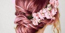Cabelo Rosa / Pra quem não sabe, eu sou apaixonada por cabelo rosa. Eu sinceramente prefiro os tons rosês do que pink, porque acho eles bem delicados, elegantes e estilos.  Sejam lisos ou cacheados, eu adoro essa tendência do pink hair <3