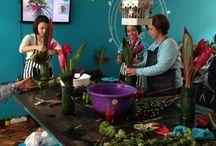 Taller floral Fábrica de Pétalos / Taller floral básico.  Lo realizamos n jueves y un sábado al mes. Incluye materiales.  Se elaboran dos arreglos florales para llevar a casa, enseñamos a hacer floreros, damos teoría e incluye breaks.  Costo:$200.000.  Contáctanos clientes@lapetala.com