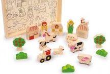 Drevené hračky / Drevené hračky vyrobené z dreveného masívu a šetrne opracované tak, aby sa zachoval prírodný odtieň dreva.