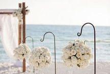 Beach Wedding Flowers / Fun & creative beach wedding ideas #beachwedding #weddingarch #weddingdecor