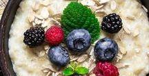 Die besten Rezepte mit Haferflocken / Ob als Porrdige oder Overnight Oats: Haferflocken gehören zu unseren liebsten Zutat für das Frühstück. Vorhang auf für die besten Rezepte und Hacks