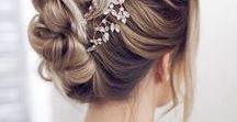 Brautfrisuren / Hochsteckfrisur, Banane, ein klassischer Chignon oder doch lieber offenes Haar? An der Hochzeit ist alles erlaubt. Hauptsache, Sie als Braut fühlen sich wohl. Lassen Sie sich von diesen Frisuren inspirieren!
