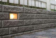 Vallikko muuri ja Aitakivi muuri / Retaining wall / Vallikko- ja Aitakivimuuri on konstailematon perusmuuri, joka on nopea ja helppo asentaa. Muurin toinen sivupinta on lohkottu ja toinen sileä, näkyvän pinnan voi siis itse valita. Muurin voi valaa ja raudoittaa.
