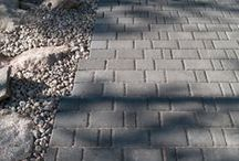 Milano-kivet / Milano paving stones / Milano-kivet taipuvat moneen muotoon ja leveyteen leikkaamatta. Kivien kauniisti aaltoilevat reunat ja pyöristetty pinta tekevät kiveyksestä kauniin ja vaihtelevan.