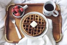 Frühstückideen & Frühstück Rezepte – Pancakes, French Toast, Smoothies, Granola & Co / Es heißt nicht umsonst: Frühstück ist die wichtigste Mahlzeit am Tag. Aber nicht nur das: Frühstück ist auch die Leckerste. ;-)  Hier findest du die besten Frühstücks-Rezepte und Inspirationen für ein gemütliches Frühstück –im Bett oder wo du am liebsten frühstückst... Am liebsten würde ich die Waffelrezepte, die French Toast Rezepte und die Pancake Rezepte sofort nachmachen. Ach ja, die Müsli-Rezepte und die pikanten Frühstücksrezepte stehen auch schon auf meiner To-Cook-Liste.